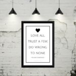 "Gratis plakat med teksten ""Love all, Trust a few og do wrong to none"""