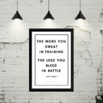 "Gratis plakat med teksten ""The more you sweat in training, the less you bleed in battle"""